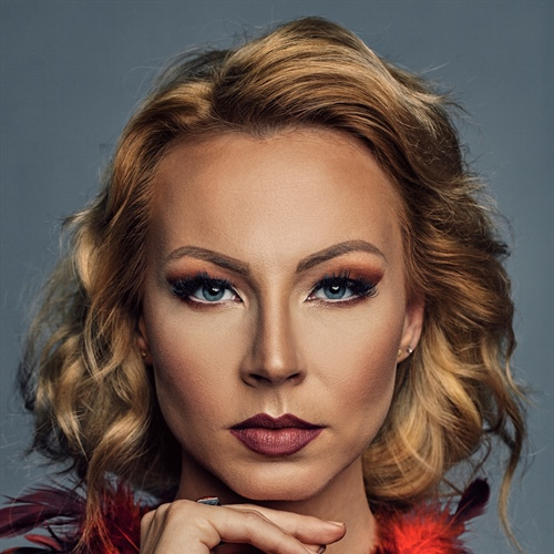 Ekskluzivni intervju: ManuElla in skladba Blue and Red